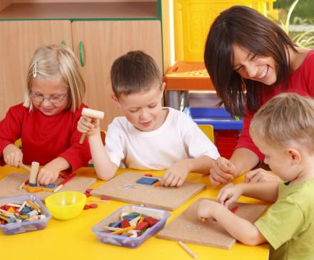 enfants et adulte à l'école maternelle