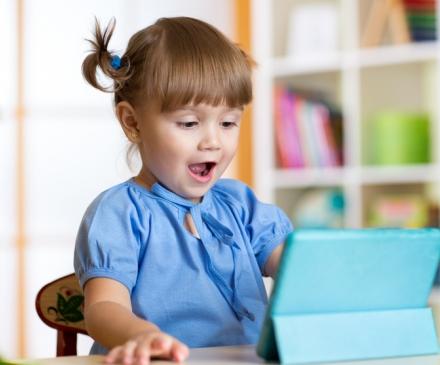 jeune fille devant un écran