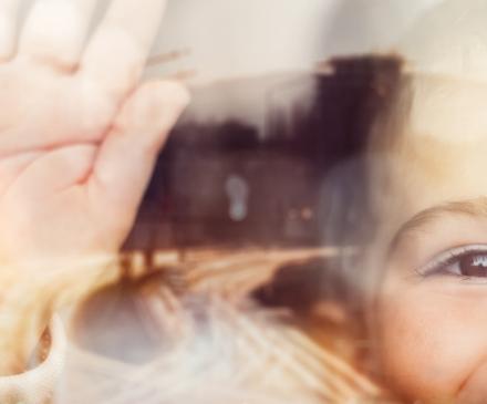 enfant à la fenêtre au revoir