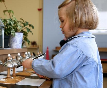 petite fille dans une classe Montessori