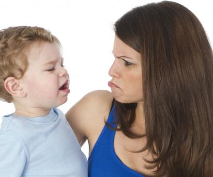 enfant se plaint avec adulte