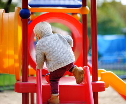 petit garçon sur une aire de jeux