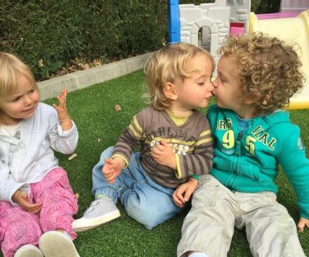Enfants qui s'embrassent dans une crèche
