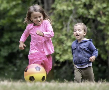 Enfants qui jouent au ballon