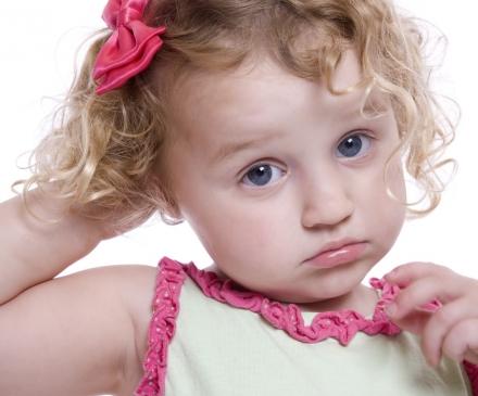 Un jeune enfant qui s'ennuie