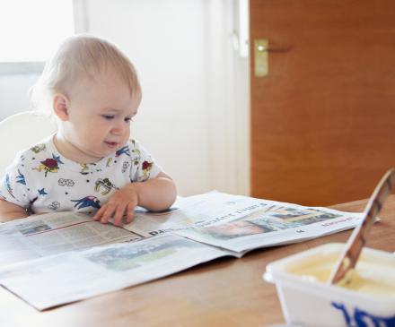 bébé lisant le journal