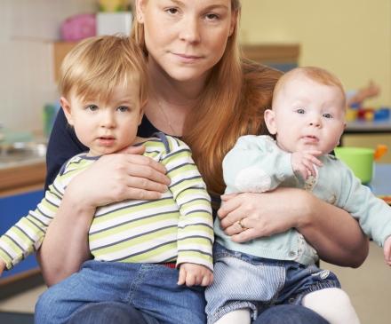 Femme fatiguée avec 2 bébés