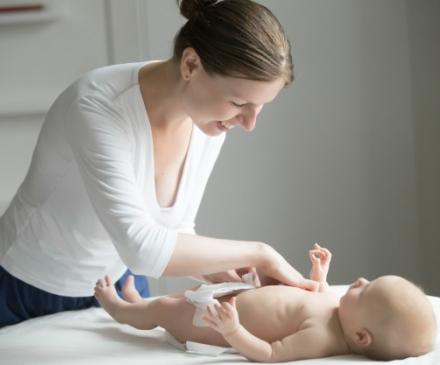 professionnelle qui change un bébé
