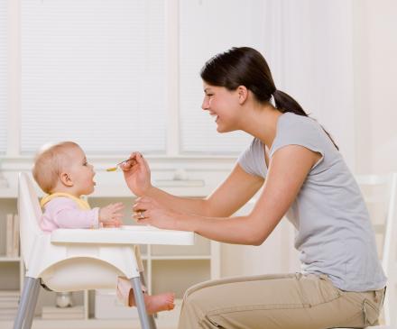 femme donne à manger à un bébé