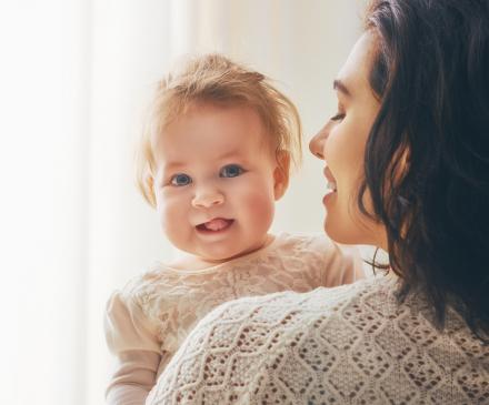 Femme avec petite fille dans les bras