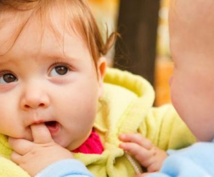bébé qui mord le doigt d'un autre bébé