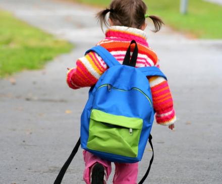 petite fille allant à l'école