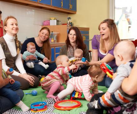 groupe de professionnelles, parents et bébés