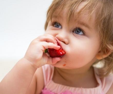 enfant-mange-fraise