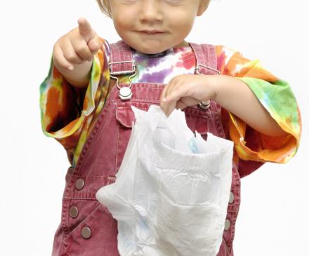 enfant tient sa couyche à la main