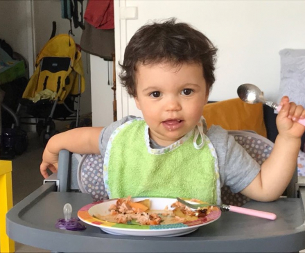petite fille mange