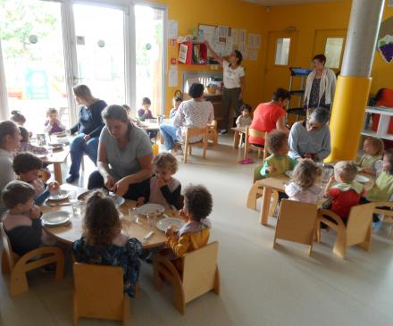professionnelles et enfants au multi-accueil