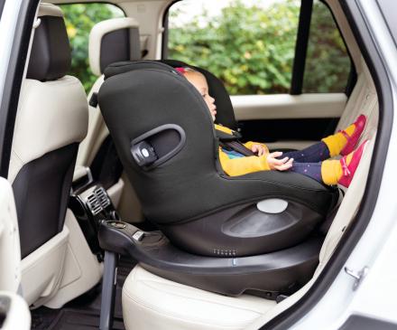 enfant installé dans siége auto dos à la route