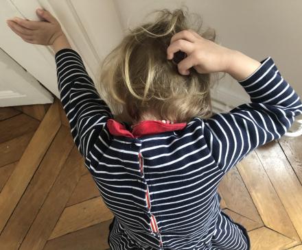 petite fille se gratte la tête