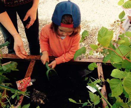 Enfant gardé en MAM jardinant