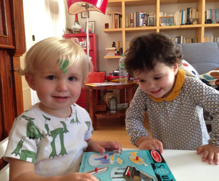 deux enfants dans lieu d'accueil