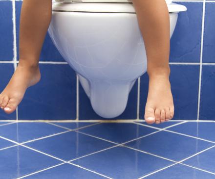 jeune enfant sur les toilettes
