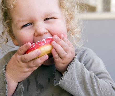 Enfant et donuts