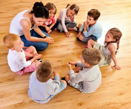groupe d'enfants en séance méditation