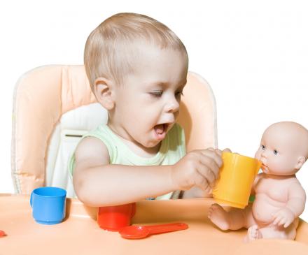 petit garçon avec poupée