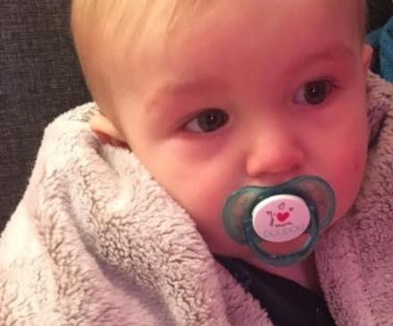 Un enfant malade avec une tétine dans la bouche