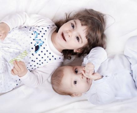 petite fille avec un bébé