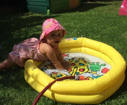 Enfant qui joue avec de l'eau