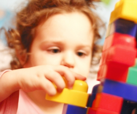 Enfant qui fait un jeu de construction