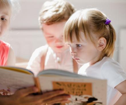 lecture avec jeunes enfants