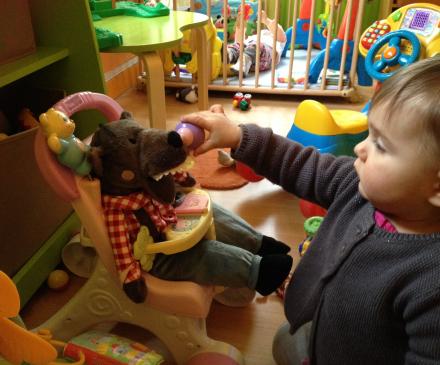 Enfant qui joue dans une crèche