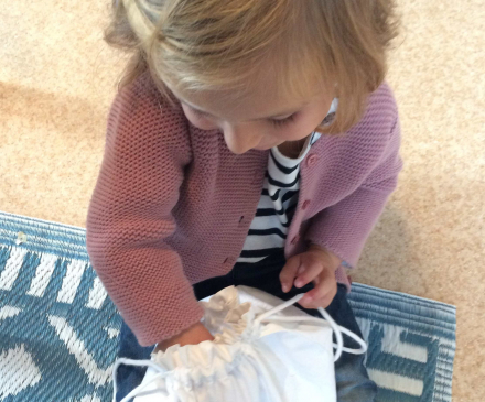 petite fille main dans le sac