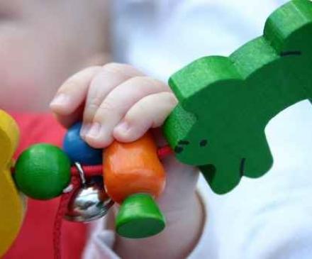 main de bébé sur un jeu