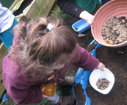 jeune enfant avec graines