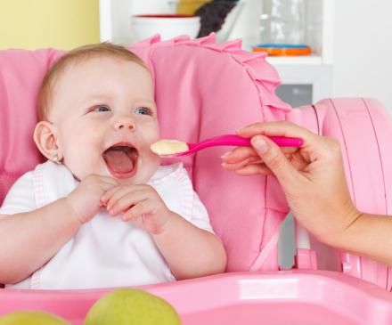 Bébé qui mange des protéines