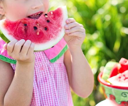 petit fille qui mange une pastèque