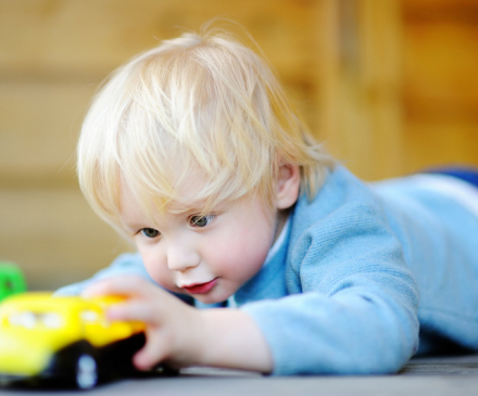 petit garçon avec petite voiture