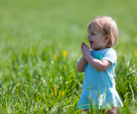 petite fille jouant dans la nature