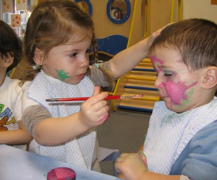 petite fille maquille un autre enfant
