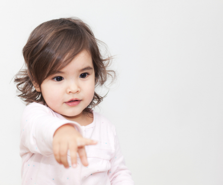 petite fille qui demande en pointant du doigt