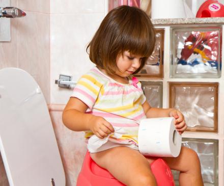 petite fille sur le pot