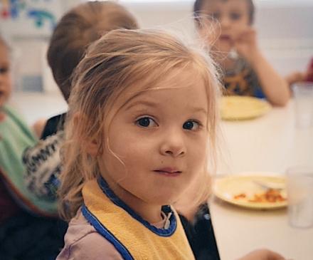 petite fille à table