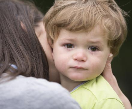 professionnelle qui console un enfant