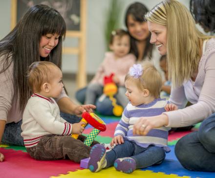 professionnelles et bébés dans une crèche