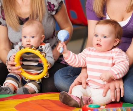 bébés et adultes font de ma musique