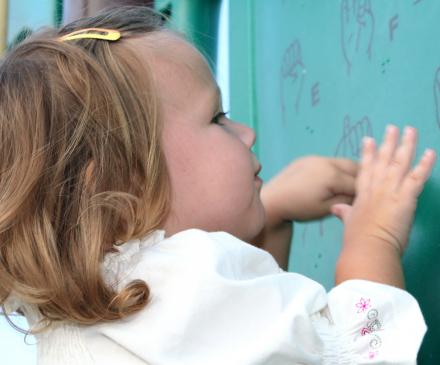 Petite fille qui signe